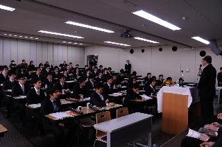 2008修了式/式辞を聞き入る学生