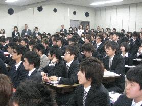 2009年度入学式 聞き入る新入生